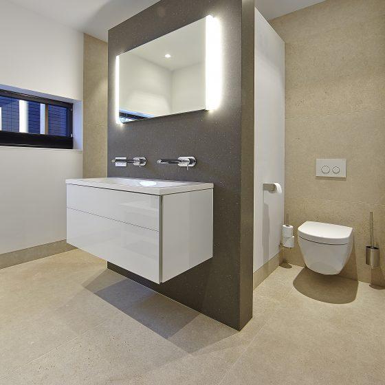 https://www.renethijsnatuursteen.nl/wp-content/uploads/natuursteen_badkamer_kopen_tegel_showroom_marmer_tegels_mozaiek_vloertegels_wandtegels_toilet_wc_keramische_tegels_graniet_6-560x560.jpg